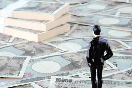 大金を眺める投資家