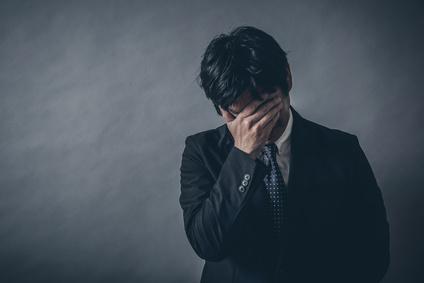ブラック企業で転職を悩む男性