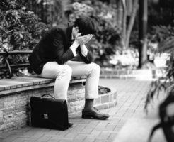 転職に悩む男性